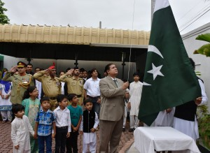 Acting High Commissioner Dr. Sarfraz Sipra hoisting the national flag of Pakistan